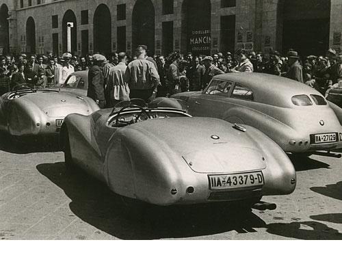 Zwei bei Touring in Mailand fertiggestellte 328 Roadster und die in München entstandene Kamm-Limousine, in Brescia/Italien