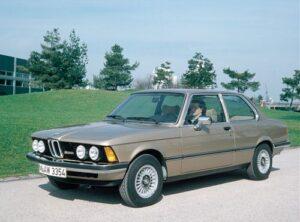 Nach der 1972 eingeführten 5er Reihe kommt 1975 die 3er Reihefort. Die überarbeitete zweitürige Sportlimousine mit neuer Karosserie ist ab 1977 erstmals auch mit neu entwickelten kleineren Sechszylinder-Motoren lieferbar