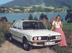 """Als direkter Nachfolger der """"Neuen Klasse"""" BMW 1500 - 2000 debütiert 1972 mit der 5er Reihe eine neue viertürige Mittelklasse-Limousine. Da im Werk München die geplanten Stückzahlen nicht zu realisieren sind, wird im niederbayrischen Dingolfing eigens ein komplett neues Werk gebaut."""