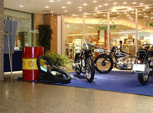 Im Hintergrund: BMW R 47 - 494 ccm, ohv, 13 kW (18 PS) Ausstellung ECE Alstertal Hamburg