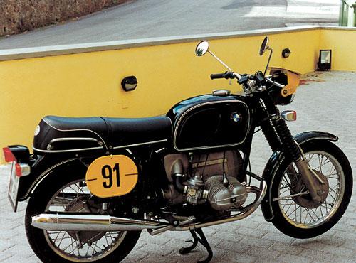 75/5 - 1969 - 1973, 745 ccm ohv 24 kW (50 PS) gebaut von 1969 - 1973. Eine grundlöegende Neukonstruktion von BMW: Leichter Doppleschleifen-Rohrrahmen mit Hinterachsschwinge und Teleskopgabel vorn, Kurbelwelle und Pleuel gleitgelagert, Drehstromgenerator, Batteriezündung, elektrischer Anlasser, Unterdruck-Drosselklappen-Vergaser.