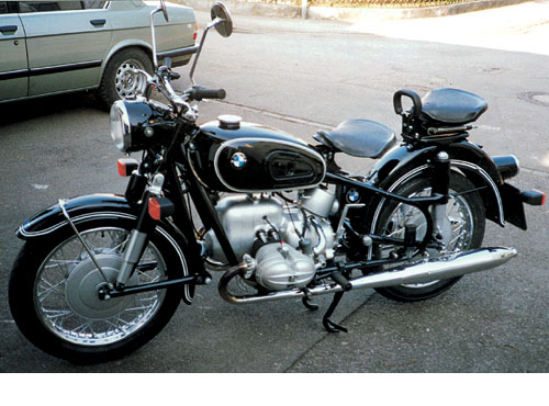Der zunächst im neuen Fahrgestell verwendete Motor aus der R 68 wind in 1960 von einem erheblich leistungsgesteigerten Aggregat abgelöst. Lenkungsdämpfer. Blinkanlage /6 Modelle wurde nachgerüstet R 69 S - 594 ccm, ohv 31 kW (42 PS)