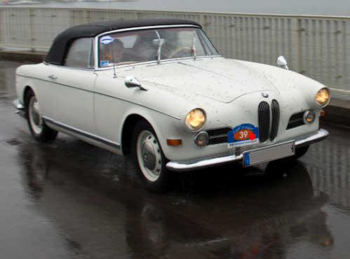 Elegantes Coupé mit BMW eigener Karosserie nach einem Entwurf von Albrecht Graf Goertz auf dem Fahrgestell der Limousine aufgebaut. Ab 1957 ist das Getriebe direkt mit dem Motor verblockt, es war bisher unterhalb der Frontsitze plaziert.