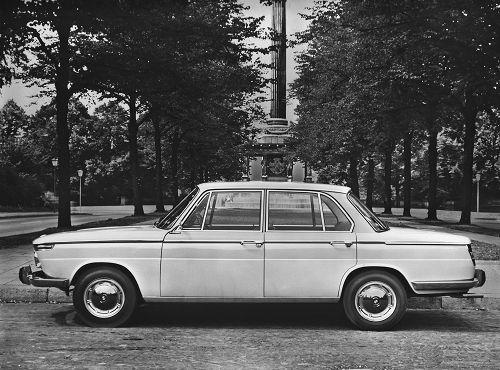 Der BMW 1800 bietet mit seiner stilsicheren, zeitlosen Form und Eleganz ausgezeichnete Sicht nach allen Seiten, einen großen, außerordentlich komfortablen Innenraum und viel Platz für großes Gepäck. Im Stadtverkehr kommen ihm Wendigkeit und vernünftige Außenabmessungen zugute, auf Landstraßen und Autobahnen seine vorzüglichen Fahreigenschaften und Fahrleistungen, die mühelos hohe Durchschnittsgeschwindigkeiten ermöglichen. 160 km/h - Scheibenbremsen