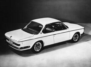 Eine völlig neue Linie, exklusive Innenausstattung und eine Leistung von 120 PS zeichnen das neue Coupé BMW 2000 CS als einen Wagen der Internationalen Extraklasse aus. Auf Wunsch wird dieses Modell mit einem automatischen Getriebe geliefert. Der Motor besitzt dann 100 PS.