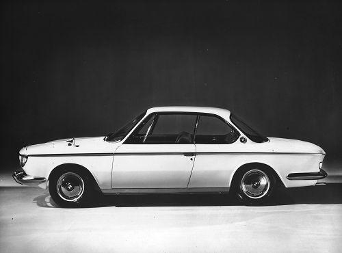Eine völlig neue Linie, exklusive Innenausstattung und eine Leistung von 120 PS zeichnen das neue Coupé BMW 2000 CS als einen Wagen der Internationalen Extraklasse aus. Auf Wunsch wird dieses Modell mit einem automatischen Getriebe geliefert. Der Motor besitzt dann 100 PS