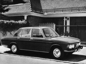 Die Formschöne Heckpartie des neuen BMW 2500 Sechszylinder umschließt den ebenen und beleuchteten Kofferraum mit 600 Liter Fassungsvermögen. Das Rückleuchtsystem ist ebenflächig eingelassen und enthält außer der Rückfahrscheinwerfern eine serienmäßig eingebaute Nebelschlussleuchte. Der kräftige, weit herumgezogene Stoßfänger wurde mit einer Gummileiste versehen. Ein Grill an dem Dachpfosten dient der zusätzlichen Innenraum-Entlüftung