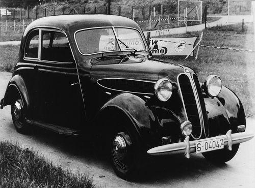 Der geräumige Zweitürer weist ebendfalls einen Tiefbett-Kastenrahmen auf, hat jedoch eine blattgefederte Hinterachse und einen um 120 mm kürzeren Radstand als der Typ 326. Die Motorleistung bleibt um 5 PS geringer