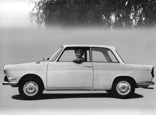 Selten waren Eleganz und Wirtschaftlichkeit in einem Automobil so glücklich vereint wie in der jüngsten Neuschöpfung aus München, der Limousine BMW 700. Bei einer Jahressteuer von DM 101,-, einer jährlichen Versicherungsprämie von DM 168,- - und bei dem nur mit einem Viertaktmotor ähnlicher Konzeption erzielbaren, geringen Straßenverbrauch von nur 5,5 bis 5,9 l/100 km ist der BMW 700 ein ausgesprochen wirtschaftliches Fahrzeug, mit dem man ebensogut sparen wie repräsentieren kann. Technische Daten: BMW Viertakt-Boxermotor 700 ccm, 30 PS bei 5000 U/Min., vollsynchronisiertes Vierganggetriebe, großer Gepäckraum
