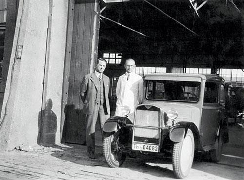 Am 22. März 1929 verließen die ersten BMW 3/15 PS DA 2/4 Tourer die angemietete Produktionshalle in der Nähe des alten Flugplatzes Berlin-Johannisthal. 4 Zyl. sv, 748 ccm, 11 kW / 15 PS. Die wurden bis 1932 gebaut