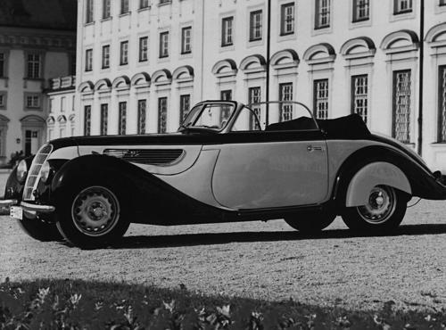 Ende 1937 erschien das BMW 327 Cabrio. Es gehörte zu den exklusivsten Autos seiner Zeit und wurde in nur 1.124 Exemplaren hergestellt. Mit 55 PS Sechszylindermotor erreichte der Wagen bis zu 130 km/h
