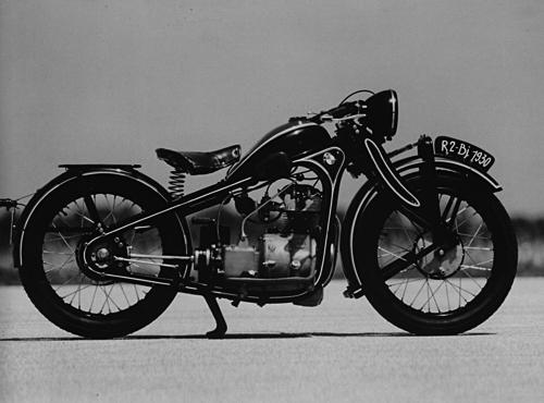 1931 - 1936 gebaut. Neuer 198 ccm, ohv 4/6 kW (6/8 PS) Einzylinder-Motor für die führerscheinfreie 200 ccm-Klasse in einer leichteren Version des Pressstahlrahmens. Erstmalig gibt es am Hinterrad eine Trommelbremse, Anfang der 30er Jahre gehörte die R 2 zu den begehrtesten Motorrädern der 200 ccm-Klasse. In mehreren, verbesserten Serien wurde diese Maschine mit anfangs 6 und später 8 PS starkem Motor bis 1936 insgesamt 15.207 mal verkauft