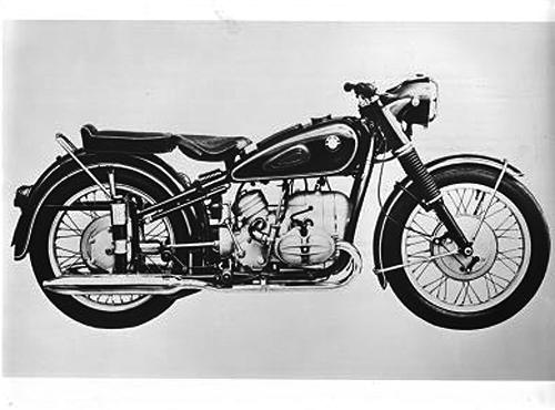 Die 35 PS starke BMW R 68 des Jahrgangs 1952 war die erste Serienmaschine mit einer Höchstgeschwindigkeit von über 100 Meilen (160 km/h). Ihr Boxermotor wies einen Hubraum von 590 cm³ auf und leistete 35 PS bei 7000 Umdrehungen pro Minute