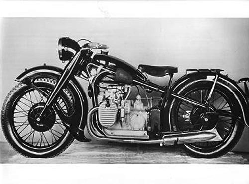 gebaut von 1935 - 1942. BMW führt mit diesem Modell die erste hydraulisch gedämpfte Teleskop-Vorderradgabel im Motorradbau ein. Viergang-Getriebe, Trommelbremse im Hinterrad anstelle der Kardanbremse, Mit einer technischen Sensation konnte 1935 die 750 cm³ Maschine des Typs R 12 aufwarten: Sie verfügte als erstes Serienmotorrad über eine hydraulisch gedämpfte Vorderrad-Teleskopgabel. Das Triebwerk der mit einem Pressstahlrahmen ausgerüsteten R 12 leistete 18 PS bei 3 400 Umdrehungen pro Minute.