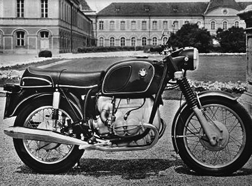 R 75/5 - 1969 - 1973, 745 ccm ohv 24 kW (50 PS) gebaut von 1969 - 1973. Eine grundlöegende Neukonstruktion von BMW: Leichter Doppleschleifen-Rohrrahmen mit Hinterachsschwinge und Teleskopgabel vorn, Kurbelwelle und Pleuel gleitgelagert, Drehstromgenerator, Batteriezündung, elektrischer Anlasser, Unterdruck-Drosselklappen-Vergaser, Mit den Maschinen der /5-Baureihe präsentierte sich 1969 das bewährte BMW Boxerkonzept - quer eingebauter Motor, Kardanantrieb und Doppelschleifenrahmen - in neuem Gewand. Die 500er des Typs R 50/5 leistete 32 PS und erreichte eine Höchstgeschwindigkeit von 157 km/h