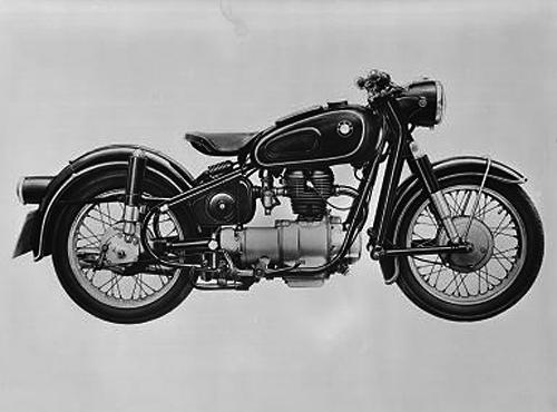 In einem leichteren Vollschwingen-Fahrwerk wird der Einzylindermotor mit neuem Zylinderkopf verwendet. Bei der R 27 hat man den Unterbrecher auf die Nockenwelle montiert und den Motor vollkommen in Gummiblöcke gelagert., Die Gummilagerung des 250 ccm Einzylindermotors von 18 PS war eine fortschrittliche Ingenieurleistung.