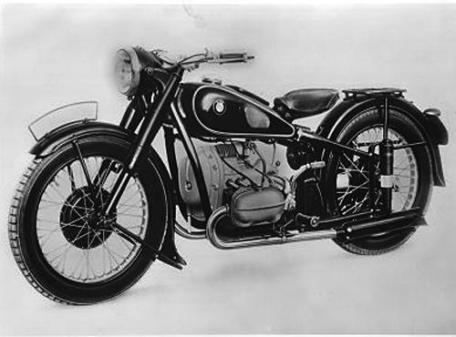 gebaut von 1938 - 1941. Nur zwei Jahre nach seiner Einführung erfährt der neue Rohrrahmen durch den Anbau einer Geradweg-Hinterradfederung eine entscheidende Verbesserung. Das Sportmodell R 51 war 1938 - zusammen mit der Tourenmaschine R 61 erstes Serienmotorrad mit Teleskopfederung am Hinterrad. Der Boxermotor der R 51 hatte 494 cm³ Hubraum und leistete 24 PS bei 5 600 Umdrehungen.