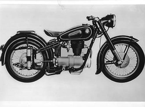 gebaut von 1950 - 1956 (Nachkriegsmaschinen). Ab 1950 gibt es einen geschweißten Rohrrahmen mit Hinterachsfederung und einen leicht modifizierten Motor für die 250er. Die von 1953 bis 1955 gebaute Einzylinder-Maschine des Typs R 25/3 war das meistverkaufte BMW Motorrad. Von der 13 PS starken 250er sind 47 700 Maschinen hergestellt worden.