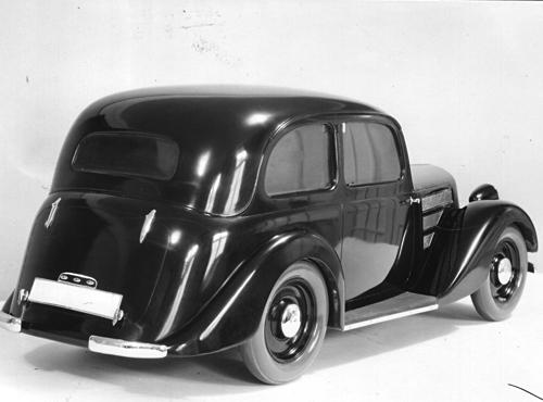 Als 1934 der BMW 319 vorbereitet wurde, schlug das Karosseriewerk Sindelfingen (Daimler-Benz) vor, diesen geräumigeren Aufbau auf das vorhandene Fahrgestell zu setzen. Wegen seiner ausladenden Heckpartie, welche die Proportionen und die Gewichtsverteilung störte, fand er bei BMW keinen Gefallen, und man beschloss, die seitherigen Aufbauten weiter zu verwenden. Doch 1936 sah sich BMW vor der Notwendigkeit, rasch einen Zwischentyp herauszubringen, und die Zeit bis zum Serienanlauf des BMW 320 zu überbrücken. Für diesen Zwischentyp 329 griff man auf den damaligen Sindelfinger Vorschlag zurück. Realisiert wurde aber nur ein Cabriolet und keine Limousine